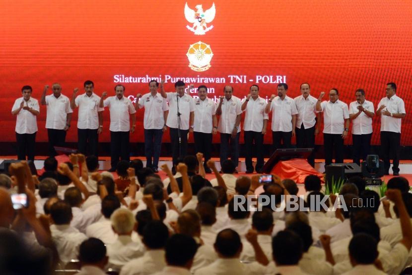 Sejumlah anggota purnawirawan TNI-Polri saat melakukan deklarasi dukungan Calon Presiden dan Wakil Presiden Nomor Urit 01 Joko Widodo-KH Ma'ruf Amin  di Jiexpo Kemayoran, Jakarta, Ahad (10/2).