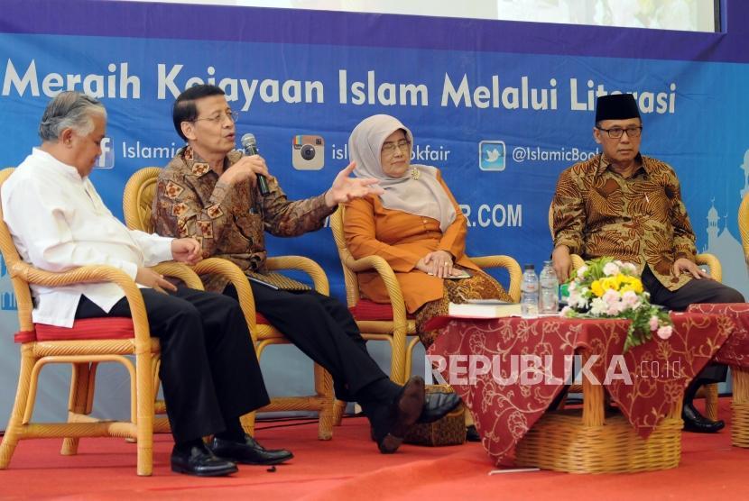 Utusan Khusus Presiden untuk Dialog dan Kerjasama Antaragama dan Peradaban Din Syamsuddin bersama Mantan Menteri Luar Negeri Hassan Wirajuda, Istri KH. Hasyim Muzadi Mutamimah dan Mantan Wakil Ketua Umum PBNU KH. As'ad Said Ali (dari kiri) memaparkan pendapat saat bedah buku biografi KH. Hasyim Muzadi pada acara Islamic Book Fair 2018 di Jakarta Convention Center, Jakarta, Jumat (20/4).