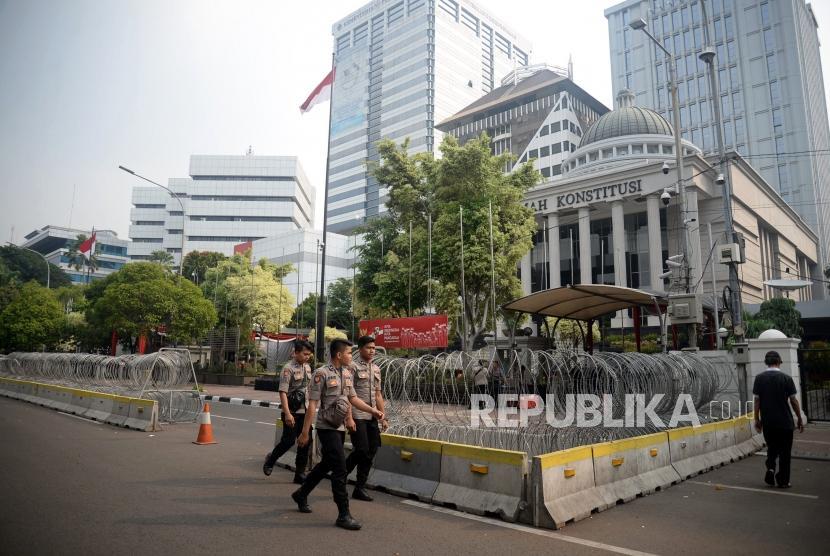 Petugas kepolisian berada di depan Gedung Mahkamah Konstitusi, Jakarta, Senin (24/6).