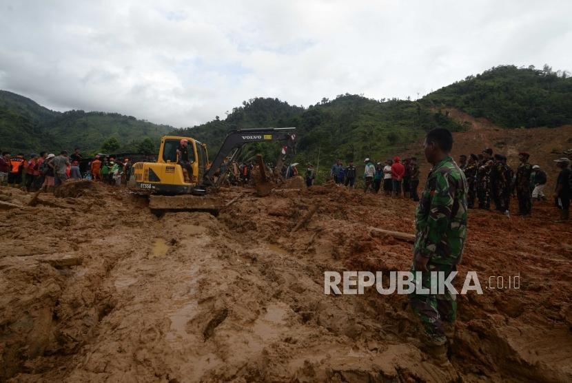Proses pencarian korban bencana longsor di Kampung Cimapag, Sinaresmi, Cisolok, Kabupaten Sukabumi, Selasa (1/1).