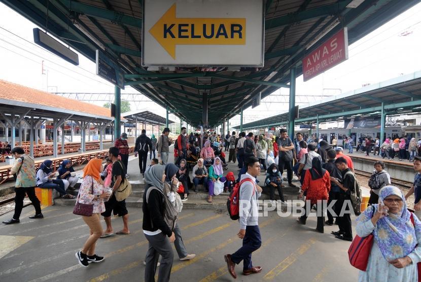 Sejumlah penumpang menunggu KRL  di Stasiun Manggarai, Jakarta Selatan, Senin (8/1).