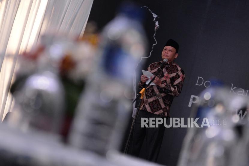 Santunan Petugas KPPS. Ketua Bawaslu RI Abhan menyampaikan sambutan sebelum penyerahan santunan untuk petugas KPPS di Jakarta, Kamis (2/5/2019).