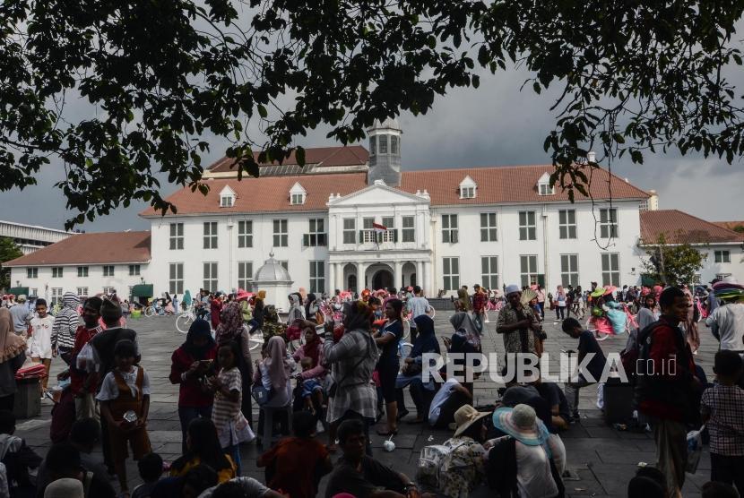 Libur Lebaran di Kota Tua. Sejumlah masyarakat berlibur di kawasan Kota Tua, Jakarta Barat, Jum'at (7/6).