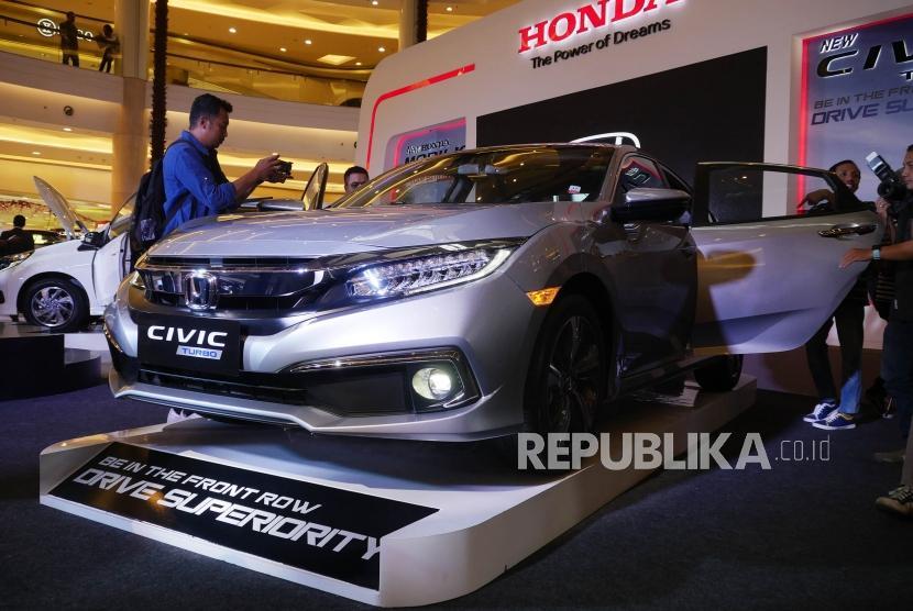 Peluncuran New Honda Civic dan New Honda Mobilio. Jurnalis mengabadikan New Honda Civic 1,5 Turbo (kanan) pada acara peluncurannya di Jakarta, Kamis (21/2).