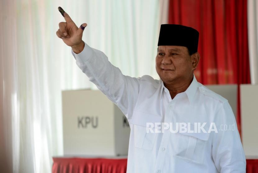 Calon Presiden Nomor Urut 02 Prabowo Subianto menunjukan jarinya yang telah dicelupkan tinta di TPS 041, Desa Bojong Koneng, Bogor, Jawa Barat, Rabu (17/4).