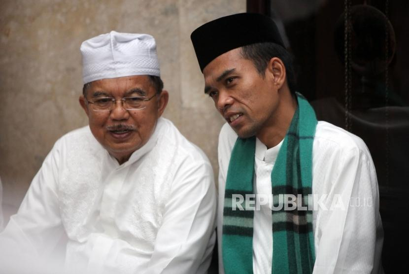 Wakil Presiden (Wapres) Jusuf Kalla berbincang dengan Ustadz Abdul Somad saat menghadiri Kuliah Dhuha di Masjid Agung Sunda Kelapa, Jakarta, Ahad (4/2).