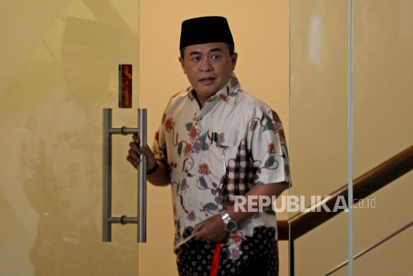 Politisi Partai Golkar Ade Komarudin bersiap menjalani pemeriksaan di gedung KPK, Jakarta, Rabu (22/11).
