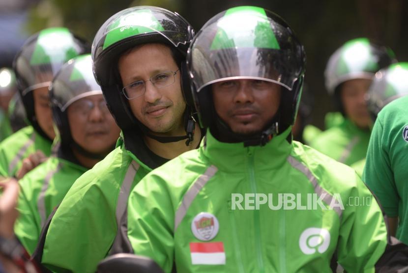 Founder dan CEO Gojek Grup Nadiem Makarim bersiap mengikuti konvoi saat peresmian logo baru Gojek di Jakarta, Senin (22/7).