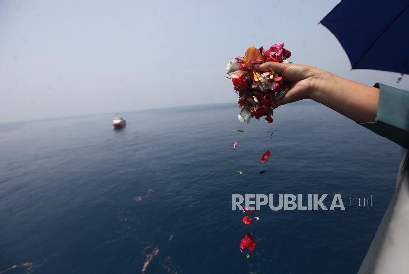 Warga korban pesawat Lion Air JT-610 yang jatuh menaburkan bunga sekaligus doa bersama di KRI Banjarmasin 592 di Perairan Karawang, Jawa Barat, Selasa (6/11).