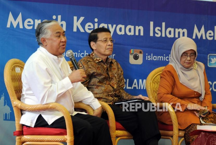 Utusan Khusus Presiden untuk Dialog dan Kerjasama Antaragama dan Peradaban Din Syamsuddin bersama Mantan Menteri Luar Negeri Hassan Wirajuda, Istri KH. Hasyim Muzadi Mutamimah (dari kiri) memaparkan pendapat saat bedah buku biografi KH. Hasyim Muzadi pada acara Islamic Book Fair 2018 di Jakarta Convention Center, Jakarta, Jumat (20/4).