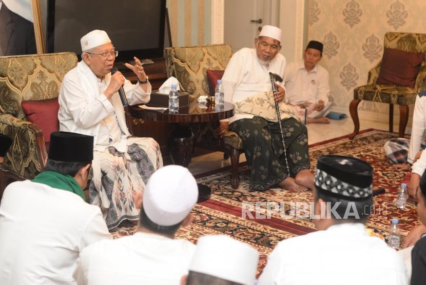 Calon Wakil Presiden Republik Indonesia no urut  satu, Maa'aruf Amin  memberikan pendapat dalam silaturahim dan pertemuan dengan kiai-kiai se Jakarta Timur di kediaman K.H Ma'aruf Amin, Jakarta,Senin (11/05).