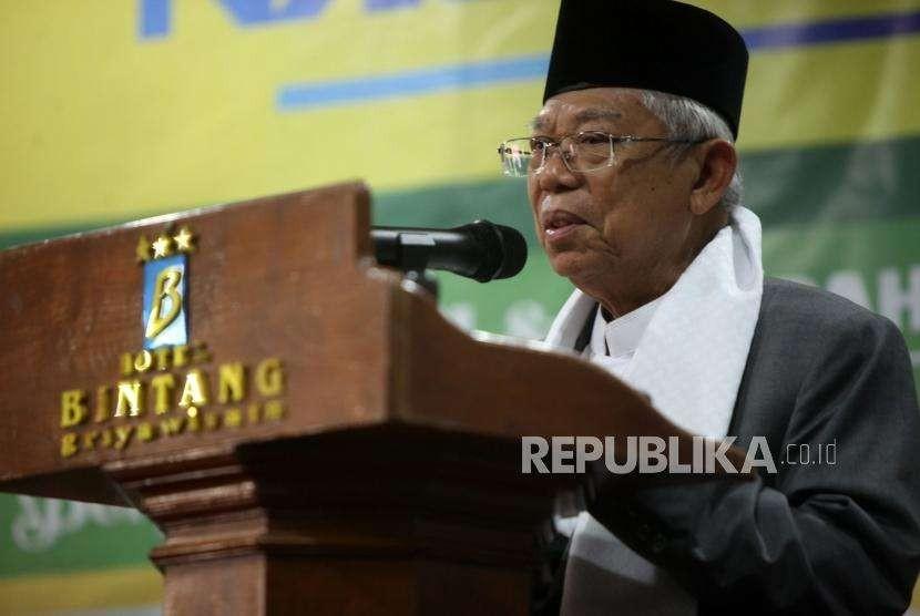 Cawapres nomor urut 01 Ma'ruf Amin memberikan sambutan saat menghadiri penutupan Rapat Pimpinan Nasional (Rapimnas) Pimpinan Pusat Ikatan Pelajar Putri Nahdlatul Ulama (PP IPPNU) di Jakarta, Ahad (7/10).
