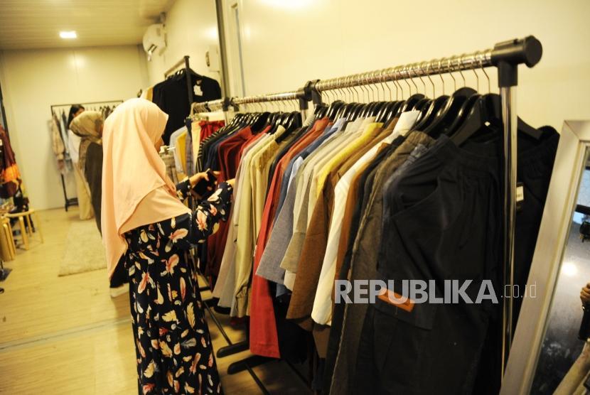 Halal Park. Pengunjung melihat baju di tenant kawasan Halal Park, GBK Senayan ,Jakarta