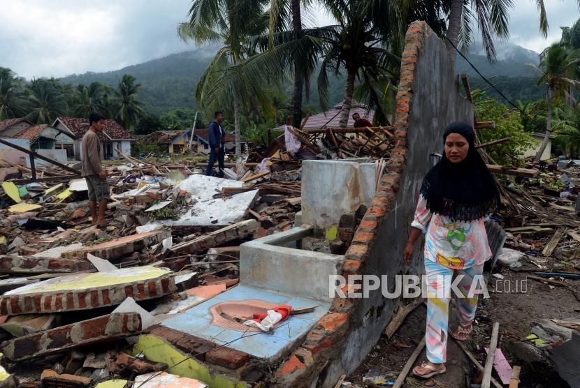 Sejumlah warga terdampak tsunami saat mencari barang berharganya di Desa Way Muli, Kalianda, Lampung Selatan, Selasa (25/12).