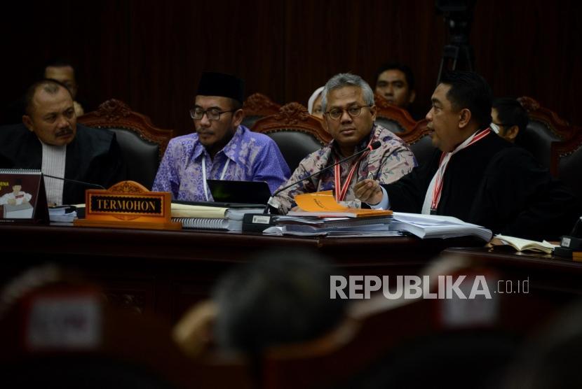 Ketua KPU Arief Budiman didampingi Ketua Tim Kuasa Hukum KPU, Ali Nurdin memberikan paparan pada sidang lanjutan Perselisihan Hasil Pemilihan Umum (PHPU) Pemilihan Presiden (Pilpres) 2019 di Gedung Mahkamah Konstitusi, Jakarta, Rabu (19/6).