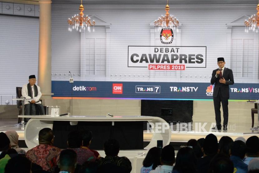 Cawapres No 01 KH Ma'ruf Amin dan Cawapres No 02 Sandiaga Uno saat mengikuti debat Cawapres Pilpres 2019 di Jakarta, Ahad (17/3).