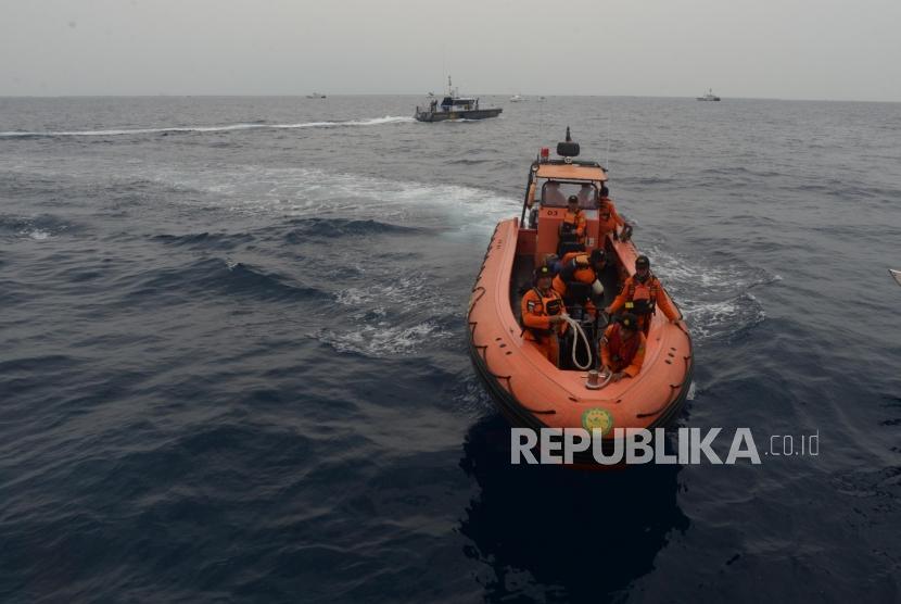 Anggota Basarnas melakukan penyisiran korban dan serpihan  pesawat jatuh Lion Air JT610 di perairan Karawang, Jawa Barat.