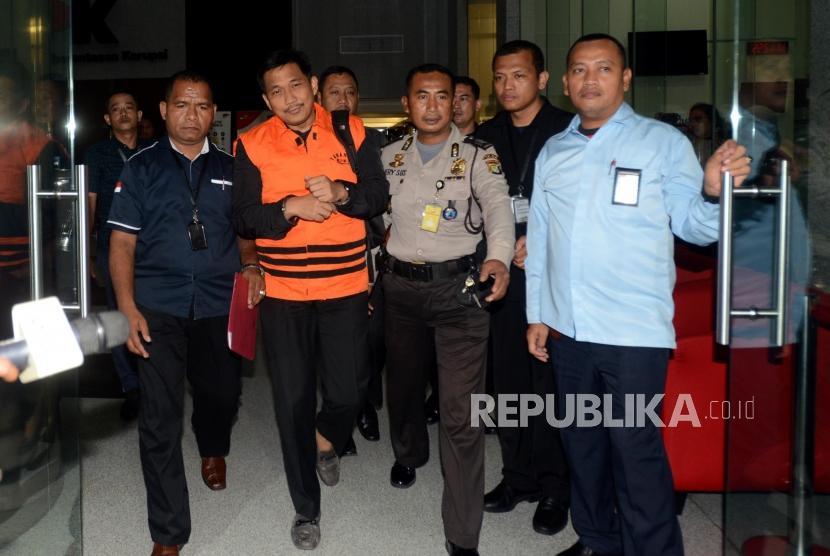 Anggota komisi VI DPR Bowo Sidik Pangarso mengenakan rompi oranye usai menjalani pemeriksaan di Gedung Merah Putih KPK, Jakarta, Kamis (28/3).
