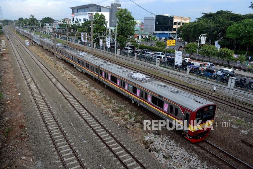 Kereta Commuter Line melintas di kawasan Klender, Jakarta, Kamis (11/4), PT KAI akan mulai mengoperasikan jalur rel dwi ganda (double-double track) lintasan Cakung-Jatinegara yang terbentang sepanjang 9,5 kilometer itu pada Jumat (12/4).