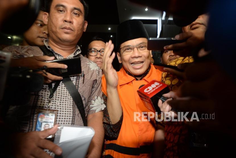 Deputy House Speaker Taufik Kurniawan weans orange vest of KPK detainee after being grilled for nine hours by KPK investigators at the anti-graft agency office, Jakarta, on Friday (Nov 2).