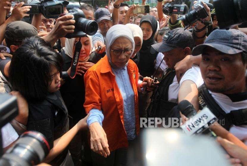 Tersangka penyebaran berita bohong atau hoaks Ratna Sarumpaet (tengah) dikawal petugas saat akan menjalani tes kesehatan di Biddokes Polda Metro jaya, Jakarta, Rabu (10/10).