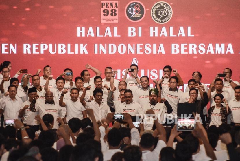 Jokowi Halalbihalal dengan Aktivis 98. Sejumlah aktivis 98 berfoto saat acara Halalbihalal dengan Presiden Joko Widodo di Jakarta Pusat, Ahad (16/6).