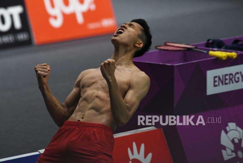 Pebulu Tangkis Indonesia Jonathan Christie usai melawan pebulu tangkis Jepang, Kenta Nishimoto, pada babak semifinal cabang olahraga bulu tangkis Asian Games 2018 kategori tunggal putra di Istora Senayan, Jakarta, Senin (27/8).