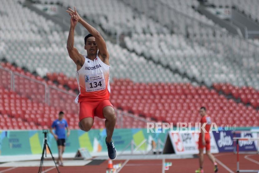 Atlet lompat jauh Indonesia Sapwaturrahman melakukan lompatan pada final lompat Jauh Putra pada ajang 18th Asian Games Invitation Tournament di Stadion Utama Gelora Bung Karno, Senayan, Senin (12/2).
