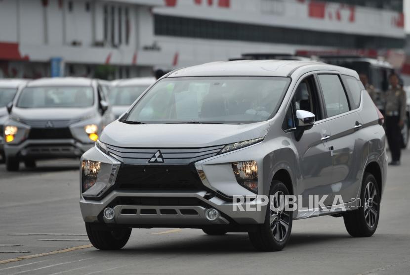 Mobil Mitsubishi Xpander yang akan diekspor bersiap memasuki kapal pengangkut di PT Indonesia Kendaraan Terminal atau IPC Car Terminal, Cilincing, Jakarta, Rabu (25/4).