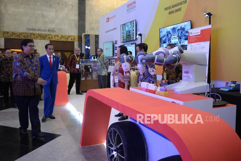 Peluncuran Making Indonesia 4.0. Presiden Joko Widodo meninjau stand pameran saatt pembukaan Industrial Summit 2018 serta Peluncuran Making Indonesia 4.0 di Balai Sidang Jakarta, Rabu (4/4).