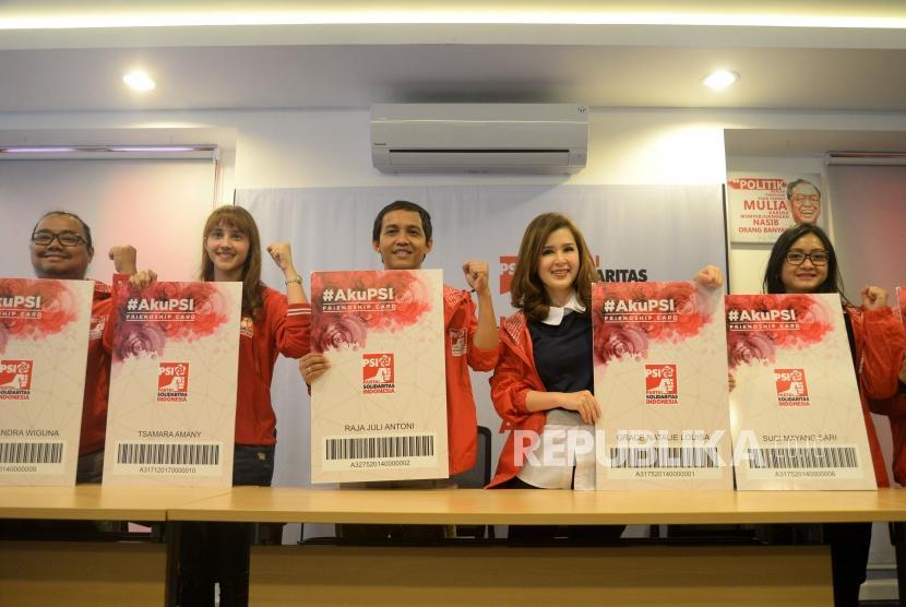 Ketua Umum Partai Solidaritas Indonesia (PSI) Grace Natalie (kedua kanan) bersama dengan Sekjen PSI Raja Juli Antoni (tengah) dan para pengurus usai memberikan keterangan terkait lolosnya PSI dalam penelitian administratif KPU di Jakarta, Jumat (15/12).