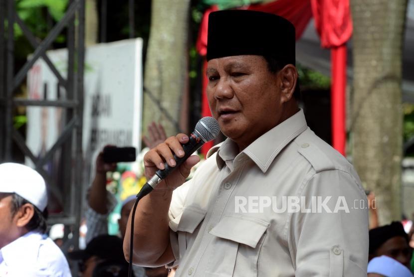 Calon Presiden Nomor Urut 02 Prabowo Subianto menyampaikan pidato di hadapan pendukungnya di Jalan Kertanegara, Kebayoran Baru, Jakarta, Jumat (19/4).