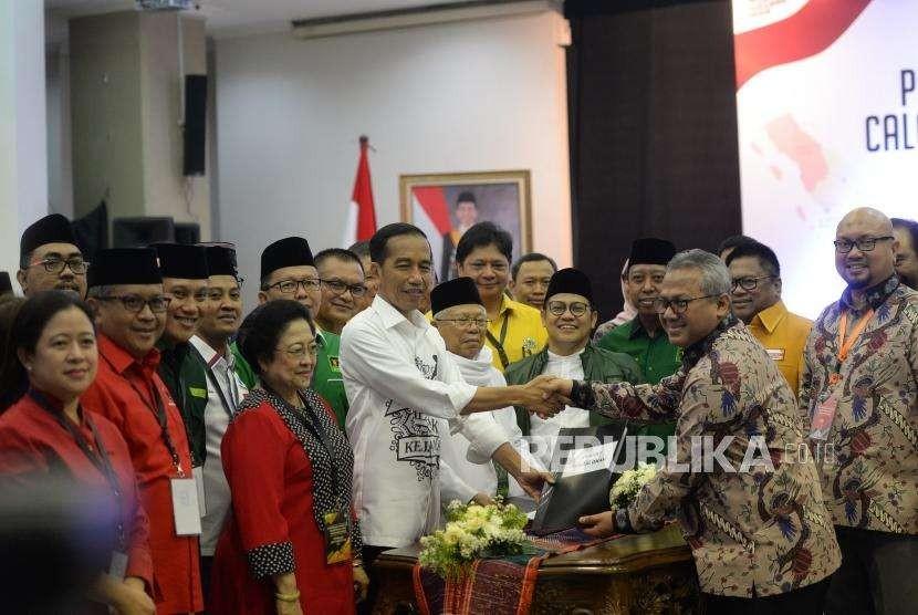Pendaftaran Calon Presiden Jokowi. Pasangan Capres-Cawapres Joko Widodo (tengah kiri) dan Maruf Amin menyerahkan berkas pendaftaran kepada Ketua KPU Arief Budiman (kedua kanan) di KPU Pusat, Jakarta, Jumat (10/8).