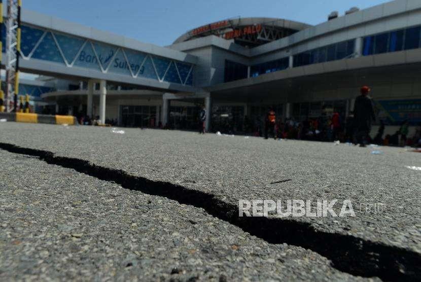 Kondisi jalan yang retak di Bandara Mutiara Sis Al Jufri, Palu, Sulawesi Tengah, Ahad (30/9).