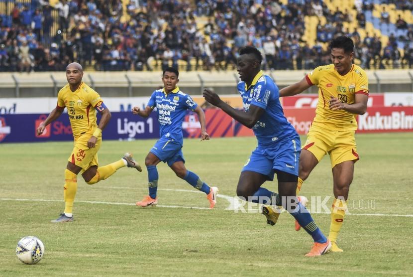 Persib Bandung Dikalahkan Bhayangkara United. Penyerang Persib Bandung Ezechiel Ndouasel (kedua kanan) berusaha melewati hadangan pemain Bhayangkara United dalam laga lanjutan Liga 1 2019 di Stadion Si Jalak Harupat, Kabupaten Bandung, Ahad (30/6).