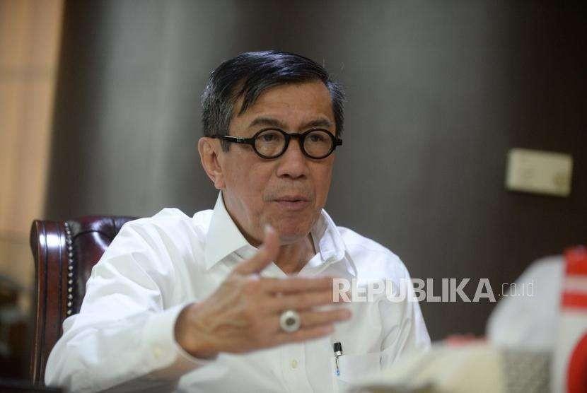 Menteri Hukum dan Hak Asasi Manusia, Yasonna Laoly saat melakukan sesi wawancara khusus , bersama Republika di  Kantor Kementrian Hukum dan Hak Asasi Manusi, Jakarta, Rabu (9/5).