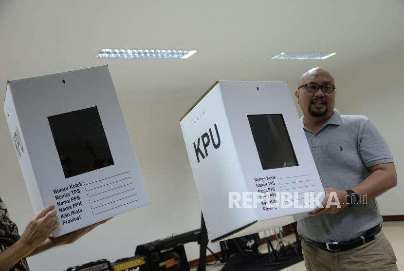 Komisioner KPU Ilham Saputra menunjukan sampel kotak suara saat monitoring produksi perdana kotak dan bilik suara Pemilu 2019, di Pabrik PT Karya Indah Multiguna (PT.KIM), Bekasi, Jawa Barat, Ahad (30/9).