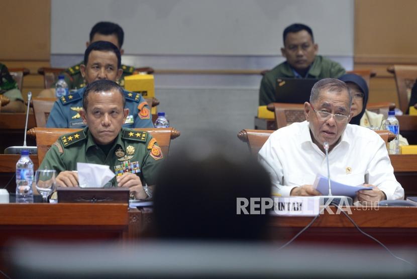 Kerjasama Pertahanan RI-Thailand. Menteri Pertahanan Ryamizard Ryacudu (tengah) mengikuti rapat kerja bersama Komisi I DPR RI di Komplek Parlemen Senayan, Jakarta, Senin (26/3).