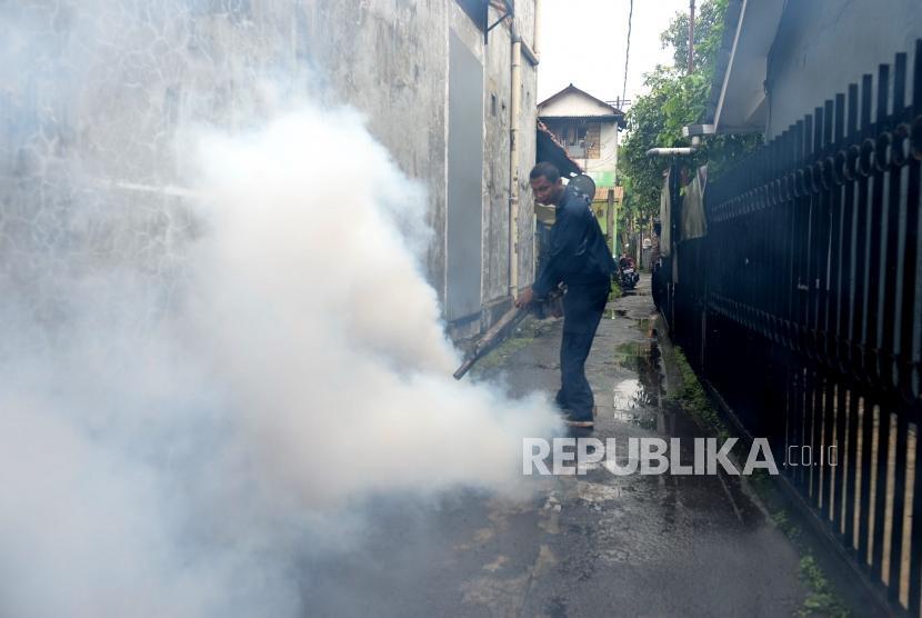 Pencegahan DBD. Petugas dari kelurahan Pasar Minggu mengasapi lingkungan warga di Pasar Minggu, Senin (21/1/2019).