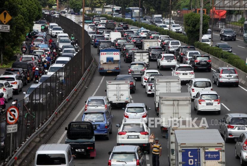 Antrean kendaran yang melintas di ruas Jalan Tol Jakarta Tangerang, Kawasan Kebon Jeruk, Jakarta, Rabu (11/4).