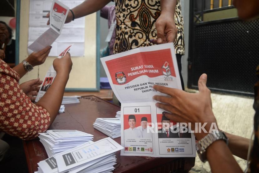 Petugas KPPS melakukan penghitungan suara pemilu 2019 (ilustrasi).