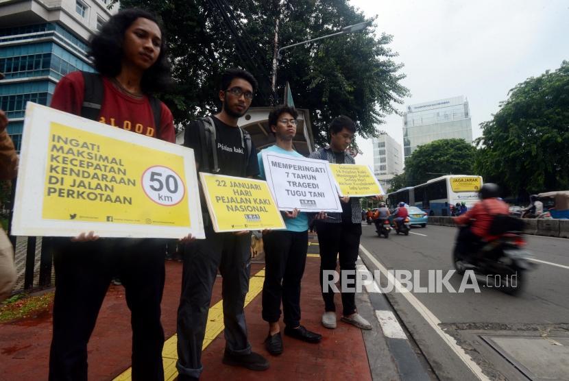 Sejumlah anggota Komunitas Koalisi Pejalan Kaki usai melaksanakan aksi tabur bunga di Halte Tugu Tani, Jakarta, Selasa (22/1).