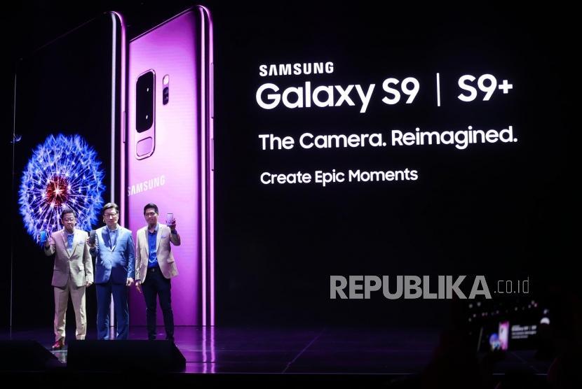 President Samsung Electronics Indonesia (SEI) Jae Hoon Kwon (tengah) bersama Head of IM Product Marketing SEI Denny Galant (kiri) dan IM Marketing Director SEI Jo Semidang, memperlihatkan Samsung Galaxy S9 dan S9+ pada peluncurannya di Jakarta, Jumat (9/3).