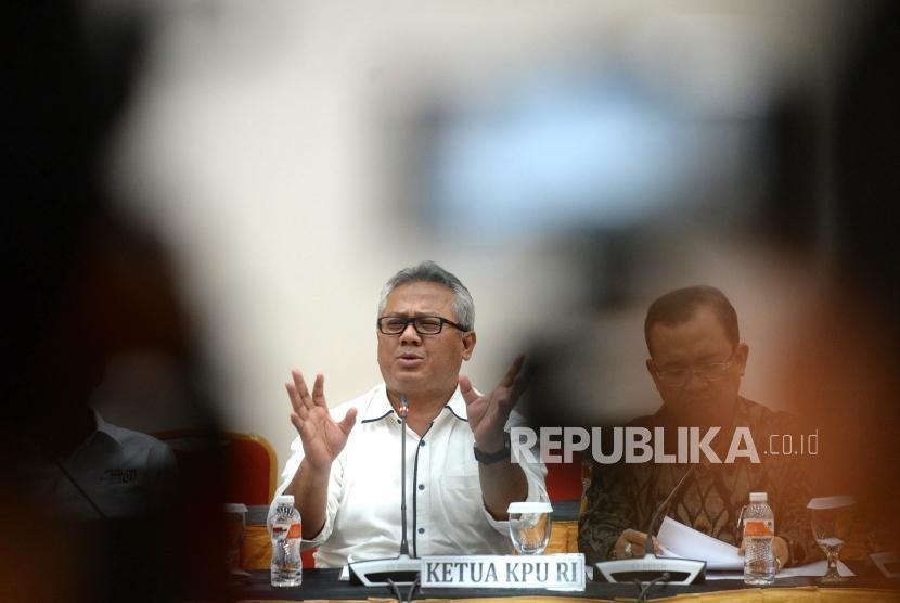 Pertemuan Persiapan Debat Capres. Ketua KPU Pusat Arief Budiman menyampaikan keterangan pers usai pertemuan bersama tim sukses capres di Gedung KPU, Jakarta, Senin (7/1/2019).