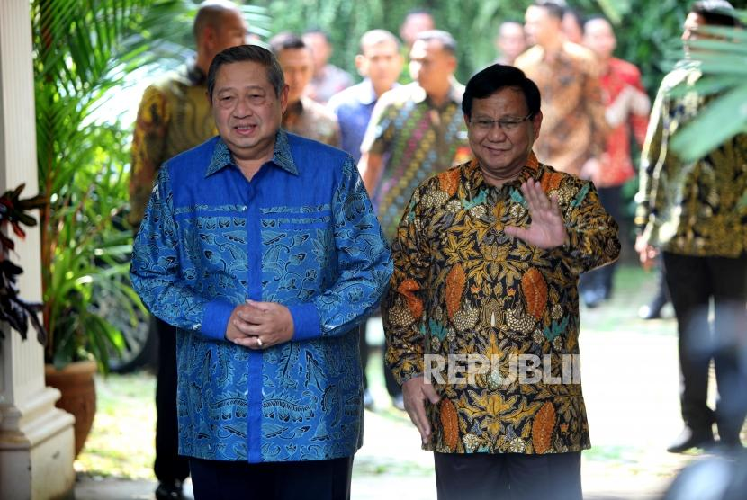 Ketua Umum Partai Gerindra Prabowo Subianto (kanan) bersama Ketua Umum Partai Demokrat Susilo Bambang Yudhoyono (kiri) berjalan saat tiba di kediaman Prabowo, Jalan Kertanegara, Kebayoran Baru, Jakarta, Senin (30/7).