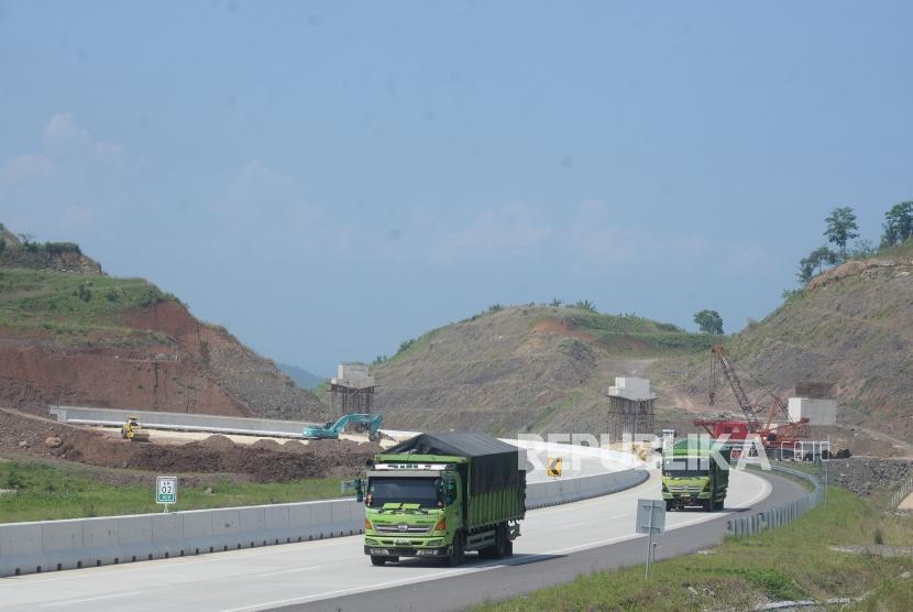 Kendaraan melintas di ruas Jalan Tol Tras Sumatera (JTTS) di Kawasan Bakauheni, Lampung, Kamis (31/5).