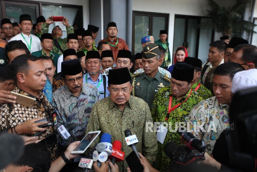 Wakil Presiden sekaligus Ketua Dewan Masjid Indonesia Jusuf Kalla (tengah) bersama Sekretaris Jenderal DMI Imam Addaruqutni (ketiga kanan) memberikan keterangan kepada media seusai pembukaan Muktamar Dewan Masjid Indonesia (DMI) ke-7 yang bertajuk