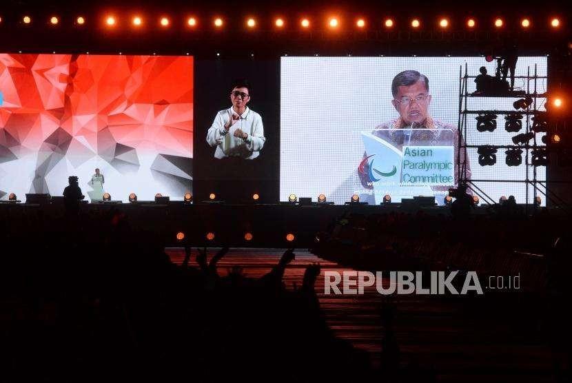Vice President Jusuf Kalla delivers his speech at the closing ceremony of Asian Para Games 2018 at Gelora Bung Karno Madya Stadium, Jakarta, Saturday (Oct 13).