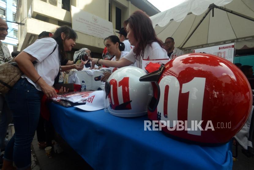 Sejumlah pendukung calon presiden nomor urut 01 saat akan membeli merchandise pada deklarasi dukungan kepada Jokowi-Ma'ruf Amin di Gedung Joang 45, Menteng, Jakarta, Ahad (3/2).