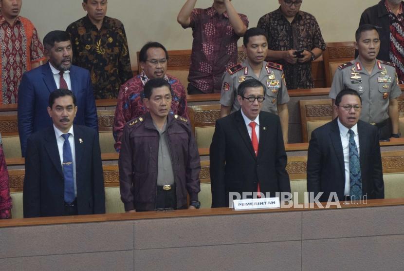 Revisi UU Terorisme. Menteri Yasonna Laoly (kedua kanan) menghadiri Rapat Paripurna di Kompleks Parlemen Senayan, Jakarta, Jumat (25/5).